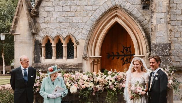 Statt eines Fotos mit Beatrices Vater Prinz Andrew veröffentlichte der Palast eine Aufnahme, die das Brautpaar mit der Königin und ihrem Mann, Prinz Philip, zeigt.
