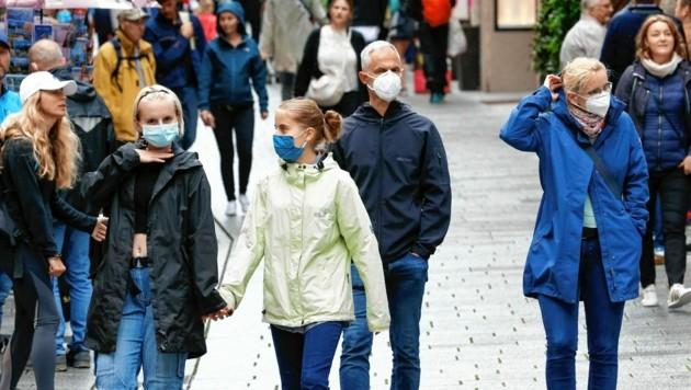 Beim Lokalaugenschein zeigte sich: Nur vereinzelt sieht man in der Salzburger Getreidegasse Masken. (Bild: Markus Tschepp)