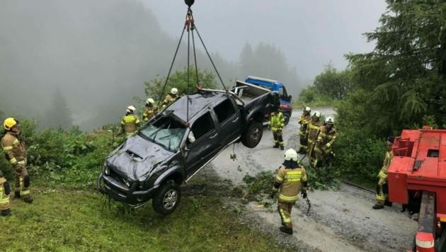 Das Fahrzeug stürzte 250 Meter weit ab. (Bild: Freiwillige Feuerwehr Großarl)