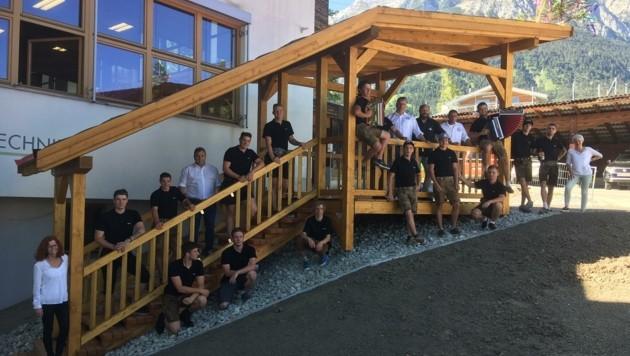 Sowohl die Zimmereitechniker als auch die mitwirkenden Lehrpersonen blicken Stolz auf die diesjährige Projektarbeit. (Bild: TFBS für Holztechnik)