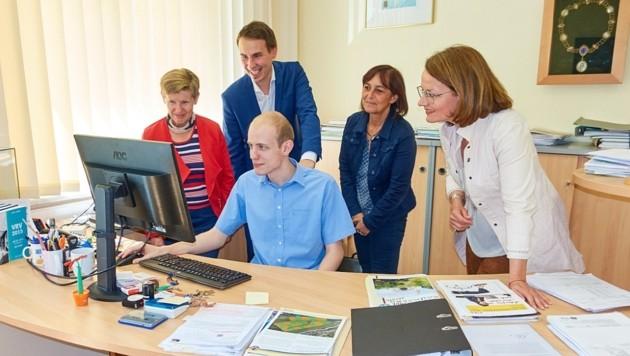 Mitterböck mit Bürgermeister, Kollegen und Landesrätin (Bild: Frühwald)