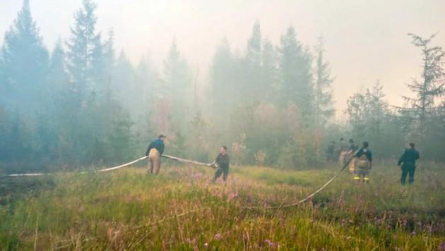 Während die Waldbrände in der Region mittlerweile wieder eingedämmt werden konnten, ist der zurückgebliebene Schaden eklatant. Die aufgetauten Permafrostböden setzen nun deutlich mehr Treibhausgase frei als bislang erwartet