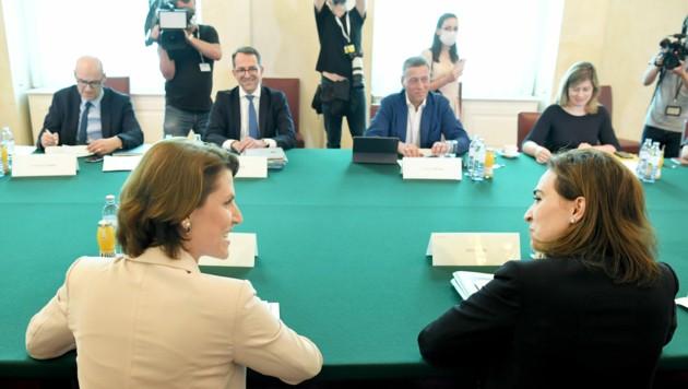 Justizministerin Alma Zadic (Grüne) und Europaministerin Karoline Edtstadler (ÖVP) im Rahmen des Kick-Off der ressortübergreifenden Task Force gegen Hass und Gewalt im Netz