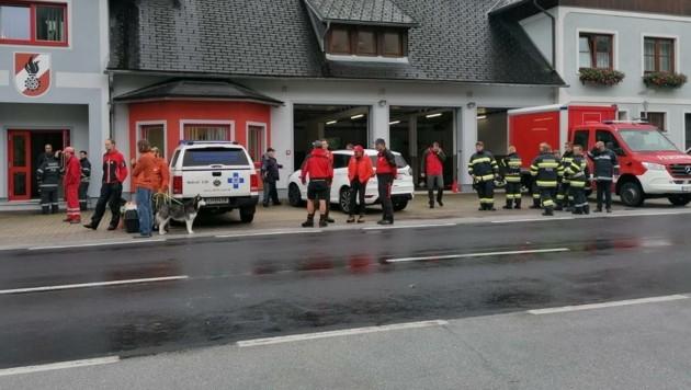 Großeinsatz für 70 Helfer an der Salza in der Obersteiermark im Bezirk Liezen. Doch der Zugang zur Unfallstelle, wo das Raftingboot gekentert war, war schwierig. (Bild: Rene Rösler)