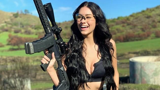 Toni McBride beschäftigt sich auch außerhalb der Dienstzeit mit Waffen und posiert mit ihnen.