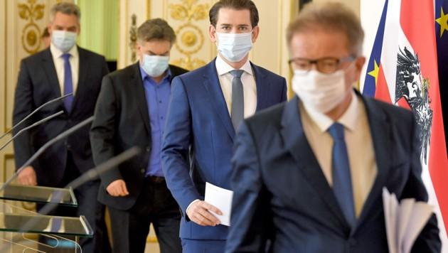 "Das ""virologische Quartett"": Innenminister Karl Nehammer (ÖVP), Vizekanzler Werner Kogler (Grüne), Kanzler Kurz, Gesundheitsminister Anschober (v.l.)"