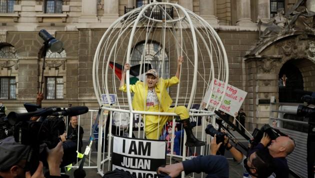 Die britische Modedesignerin Vivienne Westwood fordert in einem riesigen Vogelkäfig vor einem Londoner Gericht die Freilassung von Wikileaks-Gründer Julian Assange.