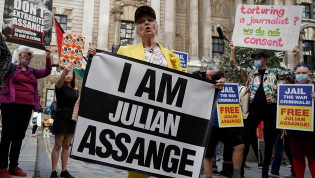 """Vivienne Westwood trägt ein Schild mit der Aufschrift: """"I am Julian Assange"""" (""""Ich bin Julian Assange"""")."""