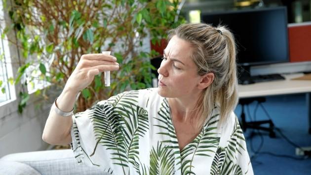 Testerin Sonja schaut genau, welche Markierung erreicht werden soll. (Bild: Reinhard Holl)