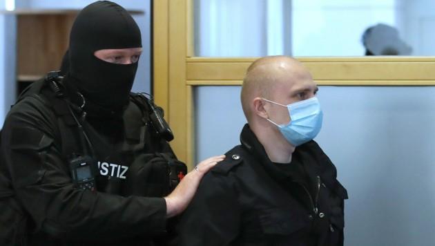 Stephan B. wurde in Handschellen und mit Fußfesseln in den Gerichtssaal geführt.
