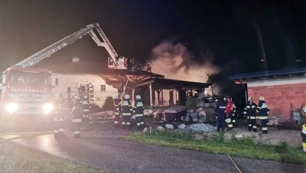 Das Carport wurde komplett zerstört und das Haus schwer beschädigt. (Bild: Feuerwehr St. Margarten im Rosental)