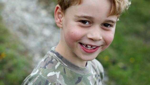 Prinz George ist schon jetzt ein echter Schlawiner. Auf den Fotos zu seinem 7. Geburtstag zeigt sich der Sohn von Kate und William mit süßem Zahnlücken-Grinsen. (Bild: AP)