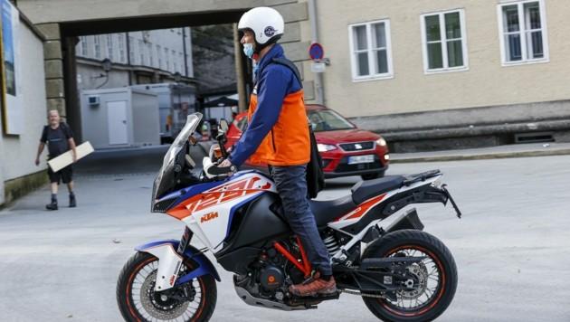 Tobias Moretti kurvte am Dienstag mit Motorrad zur Probe (Bild: Tschepp Markus)