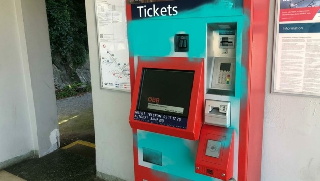Zuletzt war ein Ticketautomat am Bahnhof Töschling besprüht worden. (Bild: Bettina Chiara Wagner)