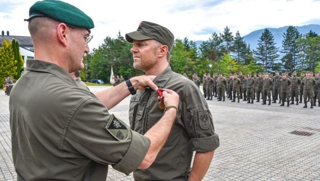 Tirols Militärkommandant Brigadier Ingo Gstrein zeichnete die Milizsoldaten mit der Einsatzmedaille des Bundes aus.