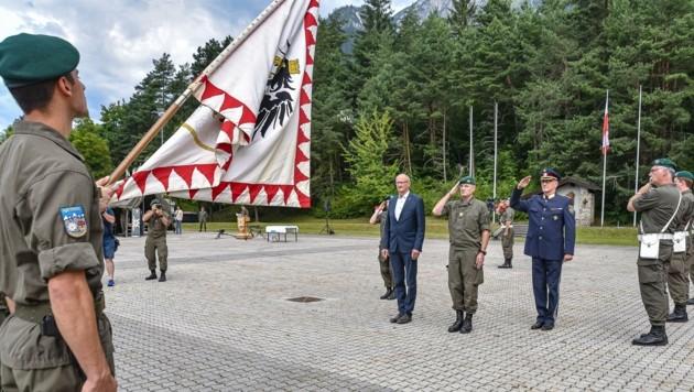 LT-Vizepräsident Anton Mattle, Militärkommandant Ingo Gstrein und Landespolizeidirektor Edelbert Kohler beim Abschreiten der angetretenen Front (v.l.).
