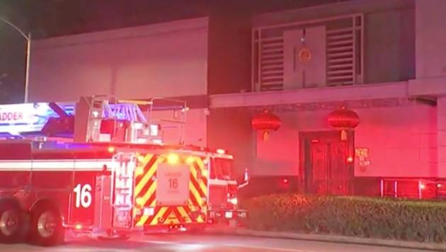 Ein Feuerwehrfahrzeug vor dem chinesischen Konsulat in Houston