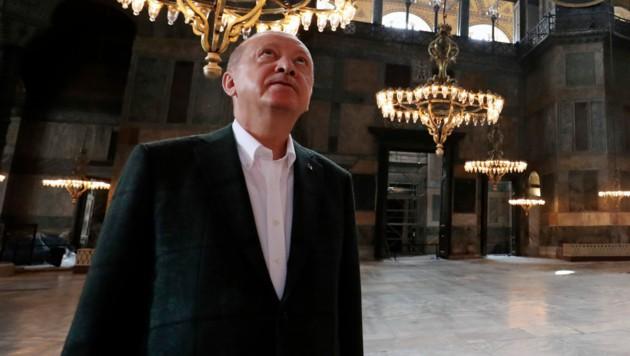 Präsident Recep Tayyip Erdogan beim Lokalaugenschein im Inneren der Hagia Sophia (Bild: AP)