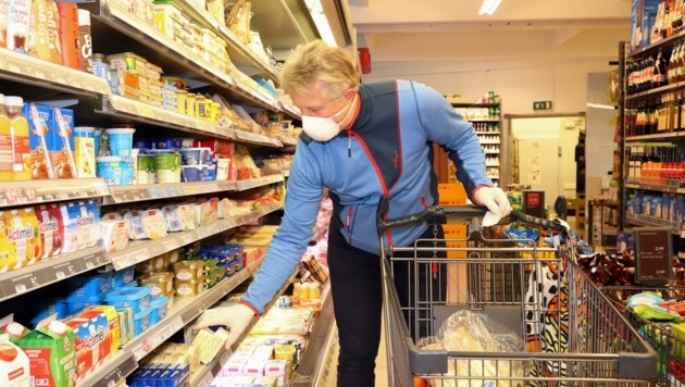Ein Salzburger beim Einkauf mit Maske in Maishofen im Pinzgau. Ein Bild, das ab Freitag wieder in die heimischen Supermärkte zurückkehrt. (Bild: Hölzl Roland)