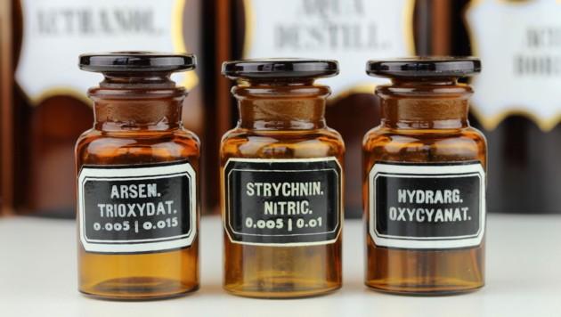 """In der Antike als Arznei, 1786 als """"vitalisierendes Tonicum"""" und für den Porzellanteint in kosmetischen Seifen und Cremes, fand man Arsen früher in jeder Apotheke. Strychnin wiederum sollte, rektal angewendet, 1811 in Paris Gelähmte heilen und brachte als """"Energydrink"""" einem Läufer bei der Olympiade 1904 in Amerika den Sieg - und fast den Tod."""