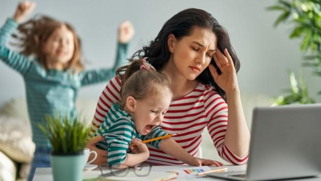 Nur 4,5 Prozent der Anspruchtage bei der Kinderbetreuung entfallen auf Männer - der Rest bleibt immer noch den Frauen überlassen. (Bild: ©Konstantin Yuganov - stock.adobe.com)