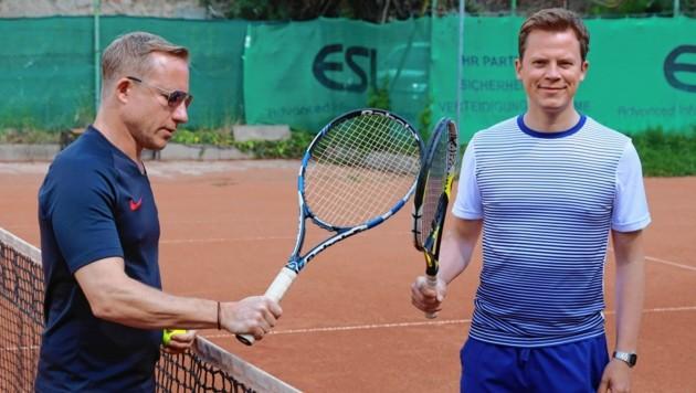 Stefan Weinberger mit Tobias Pötzelsberger am Tennisplatz.