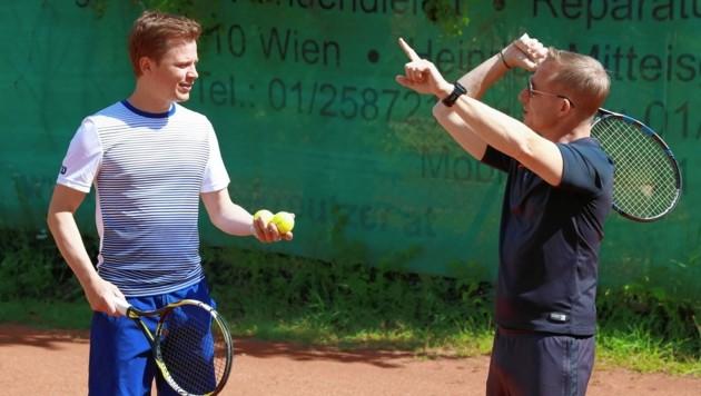Sportliches Interview am Netz bei einer Stunde Tennis-Unterricht mit Tobias Pötzelsberger