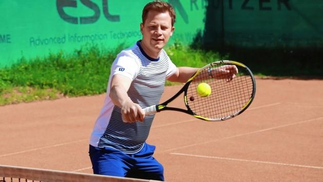 Spiel, Satz und Sieg: Tobias Pötzelsberger, 37, bei seinem Lieblingssport am HTC-Tennisplatz in Wien.