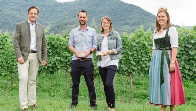 Schmuckenschlager (li.) und Weinkönigin Diana mit Wolfgang Hofstätter und Petra Schöberl vom Weingut des Jahres.