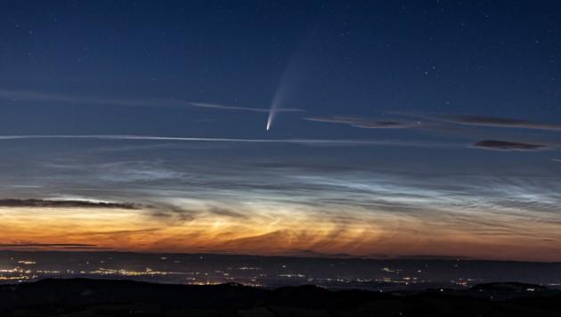 Neowise und nachtleuchtende Wolken von der Hohen Dirn aus gesehen, mit Blick auf Steyr und Linz (Bild: Rudi Dobesberger)