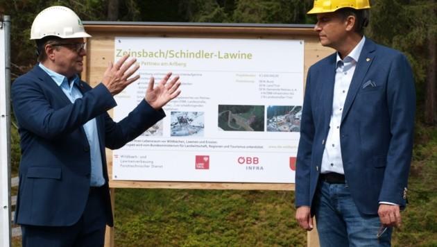 LH Günther Platter (l.) zeigt sich BM Manfred Matt gegenüber beeindruckt von der Dimension (Bild: Daum Hubert)