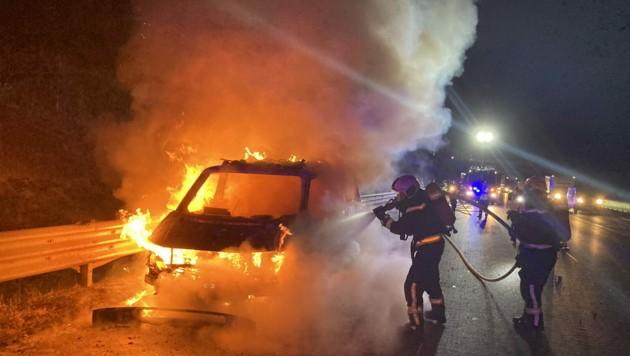Bei einem Motorbrand können die Flammen rasch das ganze Auto erfassen (Symbolbild) (Bild: APA/FF-WR-NEUDORF.AT)