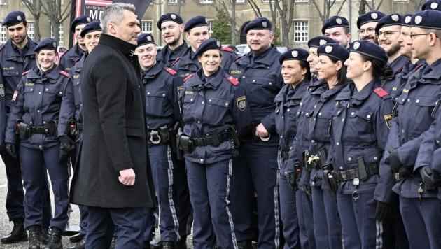 Innenminister Karl Nehammer (ÖVP) mit Polizeibeamten (Bild: APA/HANS PUNZ)