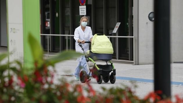 Nur mit Maske: Spaziergang mit Baby am Gelände des Landeskrankenhauses (Bild: Tschepp Markus)