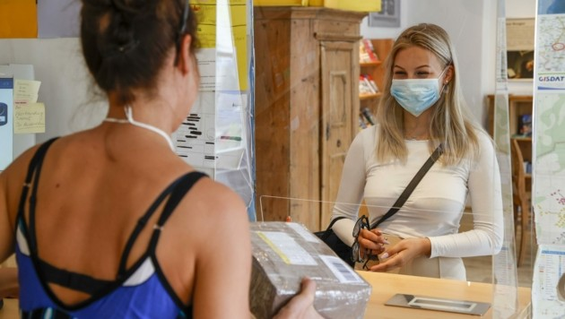 Beim Gang auf das Postamt muss ab sofort Maske getragen werden: Kundin Janina Lohr nimmt es mit Humor. (Bild: Tschepp Markus)