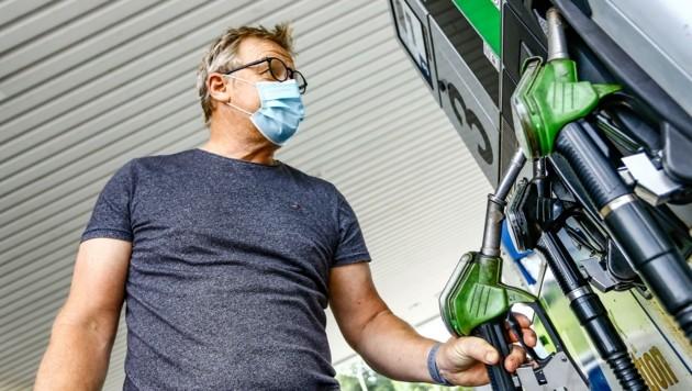 Auch beim Tanken gilt: Schutzmaske nicht vergessen