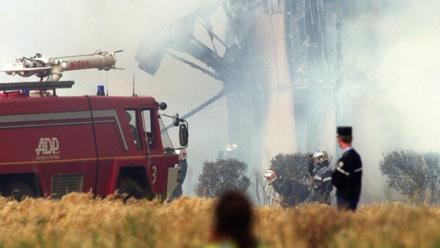 (FILES) In this file photo taken on July 25, 2000 firefighters work on the site of the Air France Concorde crash, in Gonesse, near the Paris airport of Roissy. - Twenty years ago on July 25, 2000 the Air France Paris - New York Concorde crashed in near Gonesse, on the outskirts of Paris, during its take off, killing 113 people. (Photo by JOEL ROBINE / AFP) (Bild: AFP)