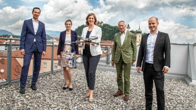 Landesrätin Barbara Eibinger-Miedl (M.) mit Vertretern der FH Joanneum und AIRlabs. (Bild: FH Joanneum/Manfred Terler)