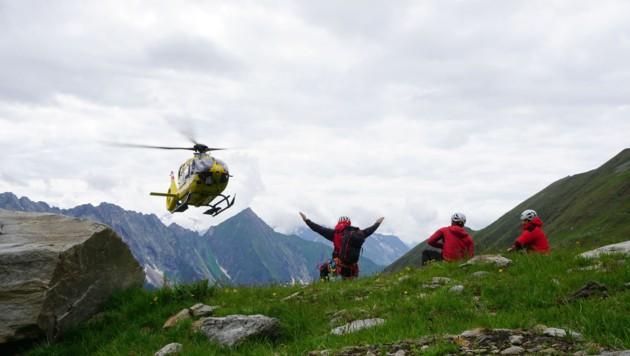 Der 31-Jährige wurde vom Notarzt erstversorgt, anschließend mit dem Tau geborgen und in das Krankenhaus nach Schwaz geflogen. (Bild: zoom.tirol)