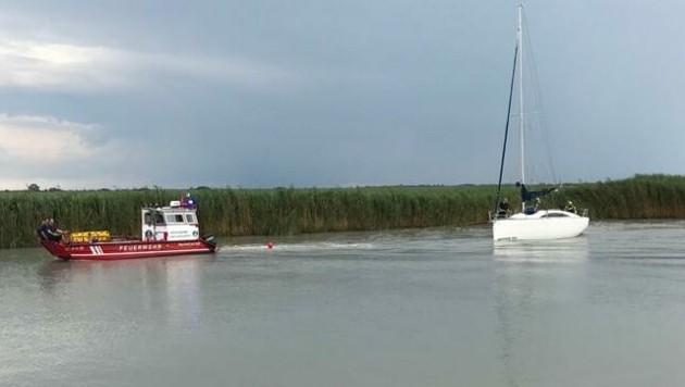 Immer wieder müssen die Feuerwehrboote ausrücken und hängengebliebene Boote abschleppen. (Bild: APA/FF WEIDEN AM SEE)
