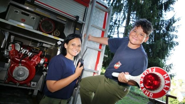 Daniela Kraßnitzer mit ihrem Sohn Sandro, der auf jeden Fall bei der Feuerwehr bleiben will. (Bild: Hronek Eveline)