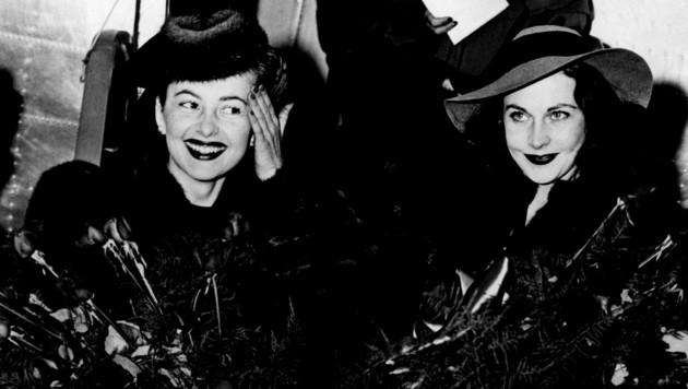 """Schauspielerinnen Olivia de Havilland (li. im Bild) and Vivien Leigh vor der Premiere von """"Vom Winde verweht"""" im Dezember 1939."""