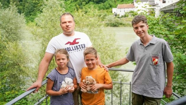 Johann Stadler (40), Ernestine und Konstantin mit ihrem jungen Retter Florian (15) (Bild: Pressefoto Scharinger © Daniel Scharinger)