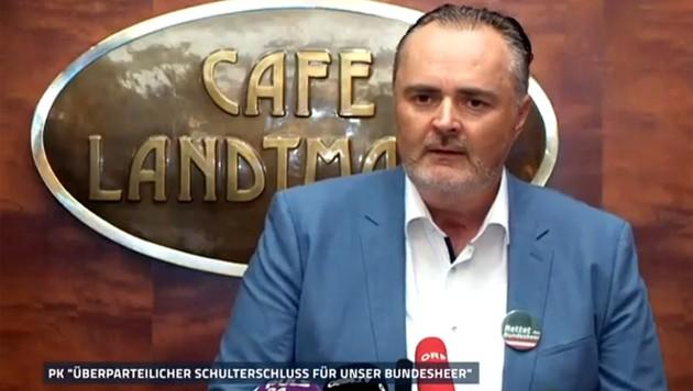 """Ex-Verteidigungsminister Hans Peter Doskozil mit klarer Botschaft auf dem Button am Revers: """"Rettet das Bundesheer!"""""""