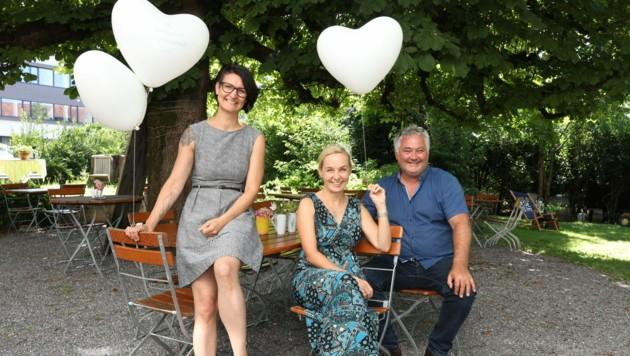 Karin Peer, Heike Montiperle und Freihof-Wirt Dietmar Schönberger freuen sich auf viele Singles, die am 2. August einen lustigen, geselligen Abend verbringen wollen. (Bild: Maurice Shourot)