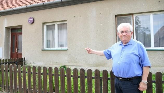 Manfred Frey vor seinem Geburtshaus in Joslowitz (Tschechisch: Jaroslavice) (Bild: P. Huber)