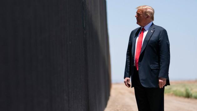 US-Präsident Donald Trump im Juni beim Inspizieren eines Teils seiner im Wahlkampf 2016 versprochenen Mauer an der US-Grenze zu Mexiko. (Bild: AP)