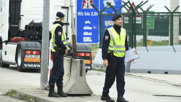Grenzkontrolle in Nickelsdorf (Bild: APA/ROBERT JAEGER)