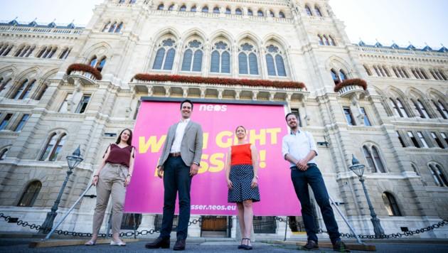 Die NEOS-Kandidaten für die Wien-Wahl vor dem Wiener Rathaus (v. l.): Dolores Bakos, Spitzenkandidat Christoph Wiederkehr, Angelika Pipal-Leixner und Jörg Konrad. (Bild: APA/GEORG HOCHMUTH)