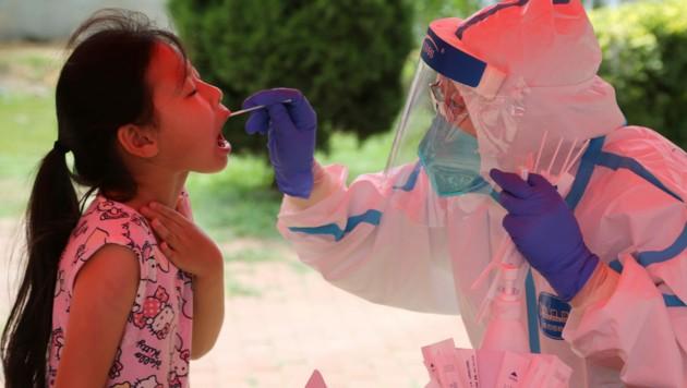 China verzeichnet derzeit den höchsten Anstieg an Corona-Neuinfektionen seit April. (Bild: AFP)